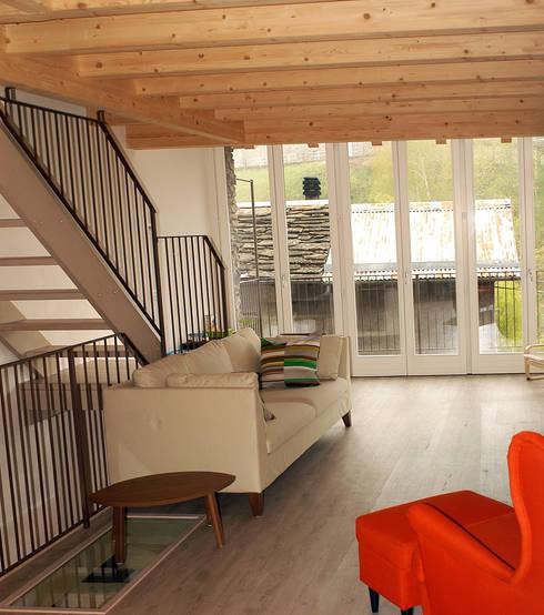Una casa per tornare a vivere in montagna: Soggiorno in stile in stile Moderno di Architettura & Urbanistica Architetto Dario Benetti