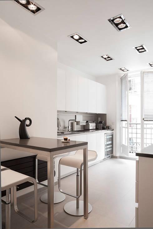 Haussmanien et Design : Cuisine de style de style Moderne par ATELIER FB