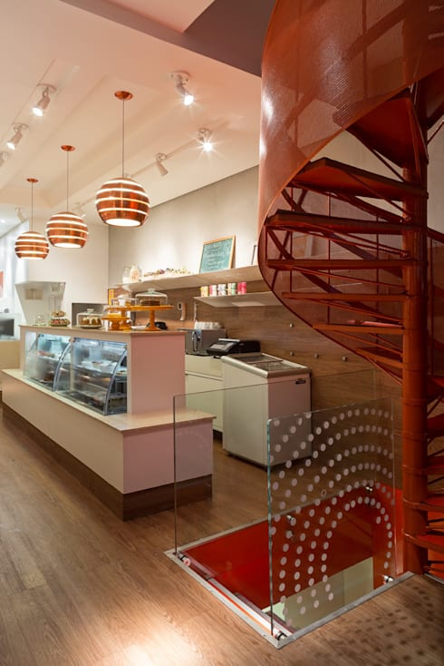 Detalhe da escada: Lojas e imóveis comerciais  por Vmf Arquitetos
