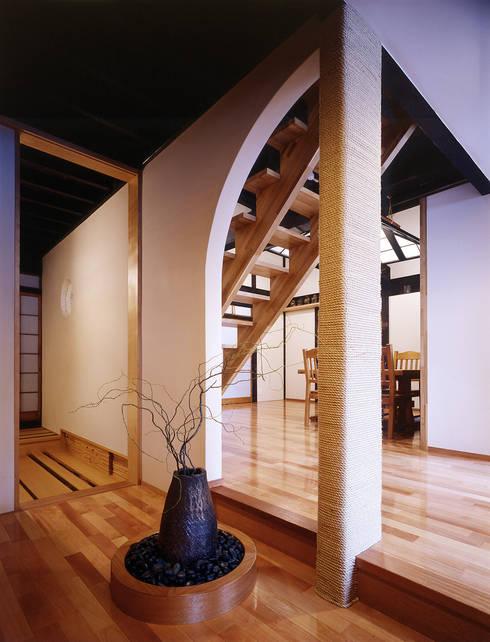 積日隆替家屋: 岩本賀伴建築設計事務所が手掛けたリビングです。