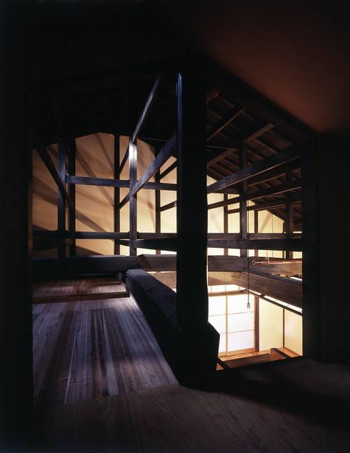 積日隆替家屋: 岩本賀伴建築設計事務所が手掛けた和室です。
