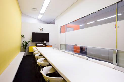 パークをマグネットエリアとした一体感: 株式会社ヴィスが手掛けたオフィススペース&店です。