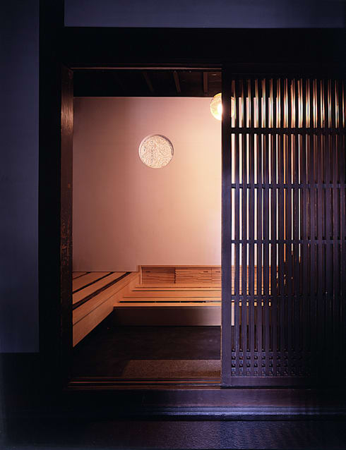 積日隆替家屋: 岩本賀伴建築設計事務所が手掛けた廊下 & 玄関です。