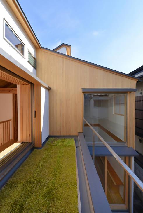 「高円寺の家」屋上庭園: 株式会社松井郁夫建築設計事務所が手掛けたベランダです。