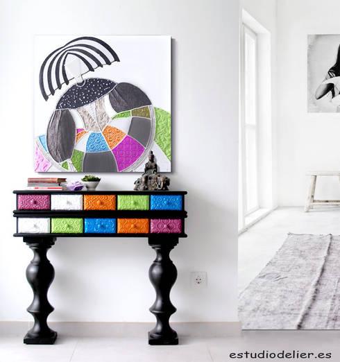 consola de entrada y cuadro menina: Vestíbulos, pasillos y escaleras de estilo  de ESTUDIO DELIER