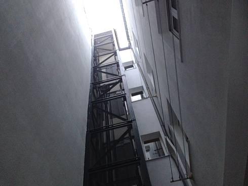 Rehabilitación de fachada interior SAN LORENZO 26. estudiocincocincouno 2013: Casas de estilo clásico de estudio551