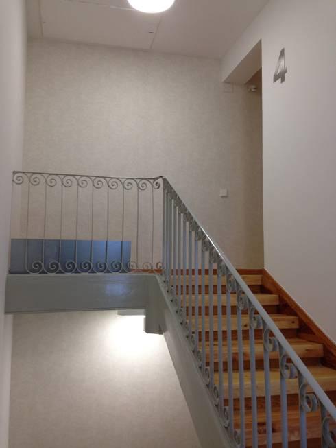 Rehabilitación de  zonas comunes SAN LORENZO 26. estudiocincocincouno 2013: Pasillos y vestíbulos de estilo  de estudio551