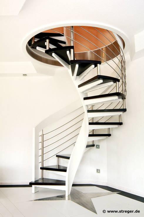 Pasillos y recibidores de estilo  por STREGER Massivholztreppen GmbH