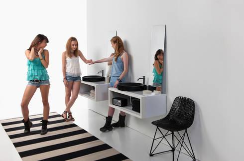 lavabos ORBITA sobre mueble CASCO.: Baños de estilo moderno de Boing Original