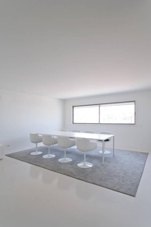 Apartamento no Porto - Portugal: Salas de jantar minimalistas por Cláudio Vilarinho Arquitectura e Design Lda