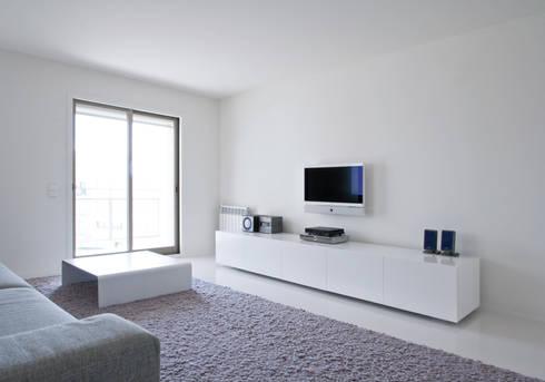 Apartamento no Porto – Portugal: Salas de estar minimalistas por Cláudio Vilarinho Arquitectura e Design Lda