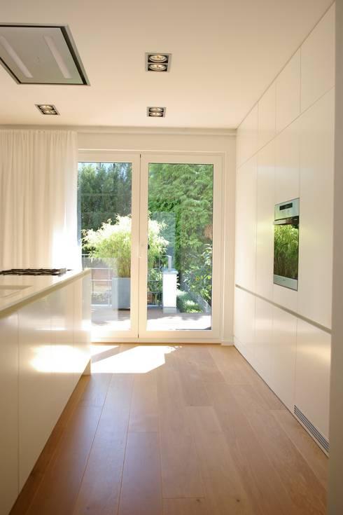 Cozinhas modernas por rother küchenkonzepte + möbeldesign Gmbh