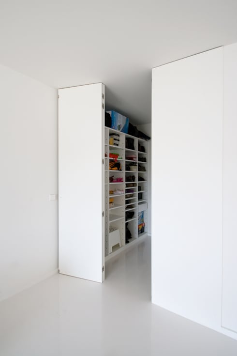 Apartamento no Porto - Portugal: Closets minimalistas por Cláudio Vilarinho Arquitectura e Design Lda