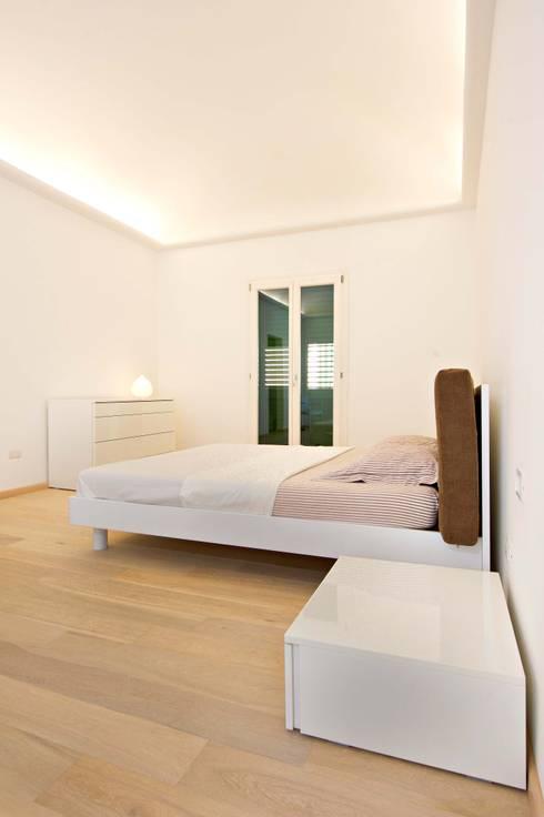 Casa A&C: Camera da letto in stile in stile Minimalista di Giuseppina PIZZO