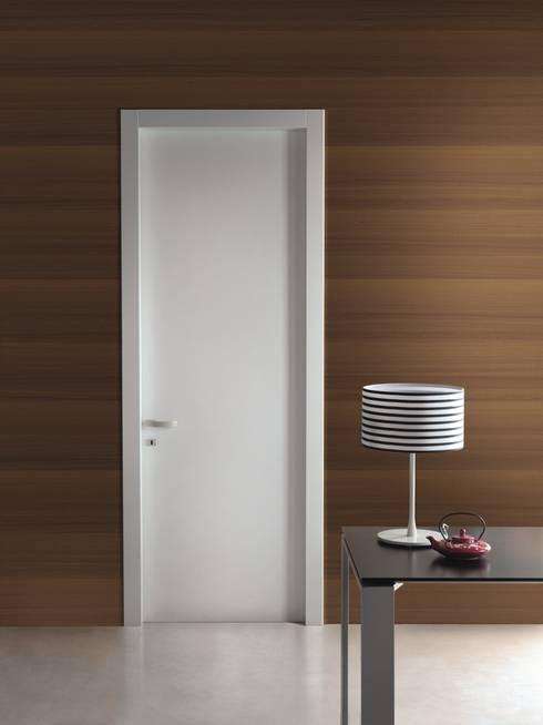 Ventanas y puertas de estilo  por PIETRELLI PORTE