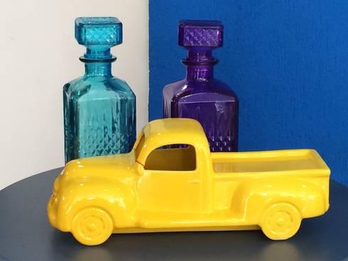 Garrafas e Camionete 2: Sala de estar  por Sgabello Interiores