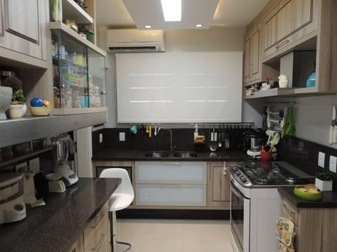 Bancada principal: Cozinhas modernas por Dariano Arquitetura