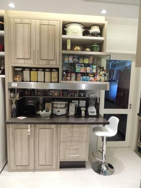 Estante e bancada de preparo: Cozinhas modernas por Dariano Arquitetura