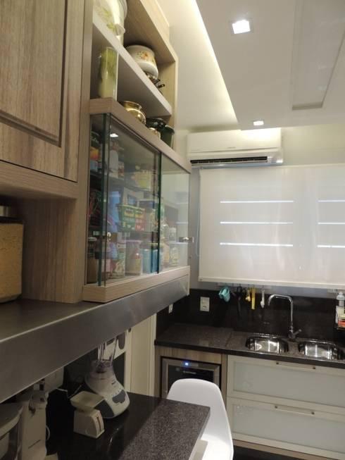 Vitrine de temperos e prateleira revestida em aço inox : Cozinhas modernas por Dariano Arquitetura