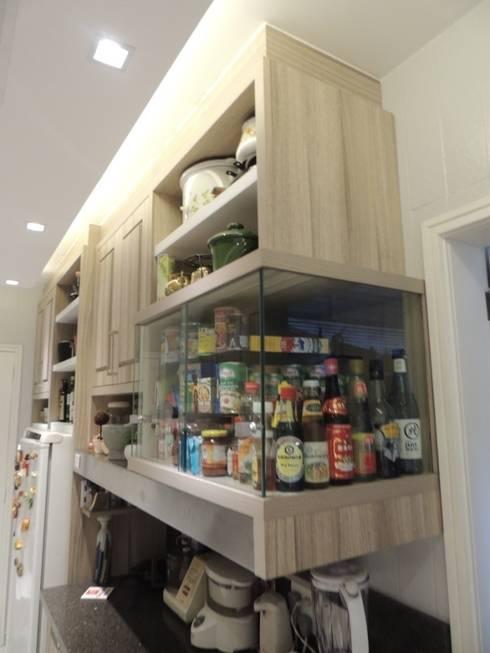 Vitrine de temperos: Cozinhas modernas por Dariano Arquitetura