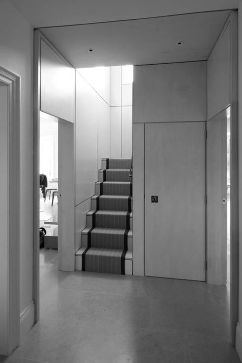 Couloir et hall d'entrée de style  par NRAP Architects