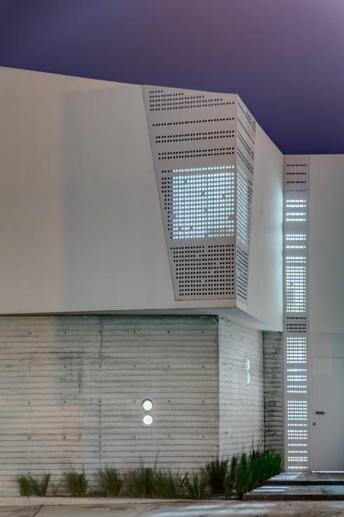 Fachada Ten House: Casas de estilo minimalista por Taller ADC Architecture Office