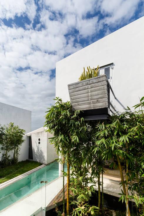 Ten House: Terrazas de estilo  por Taller ADC Architecture Office