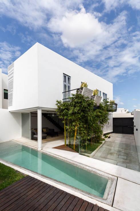 perspectiva de la casa: Albercas de estilo minimalista por Taller ADC Architecture Office