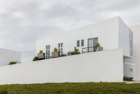 Vista lateral de Ten House: Casas de estilo minimalista por Taller ADC Architecture Office
