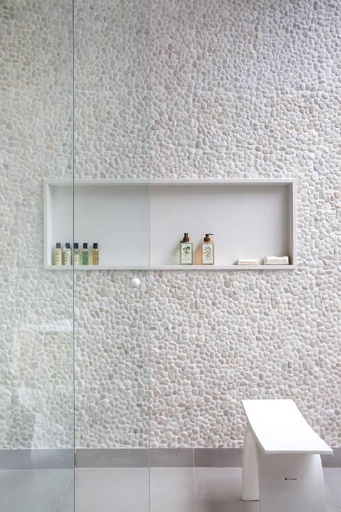 Área Externa: Banheiros modernos por ANGELA MEZA ARQUITETURA & INTERIORES