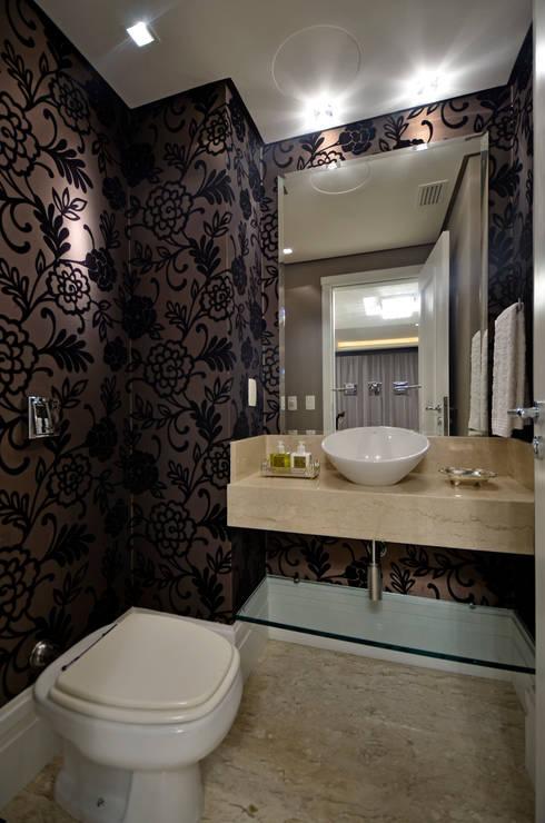 Apartamento Bela Vista: Banheiros clássicos por Francisco Humberto Franck