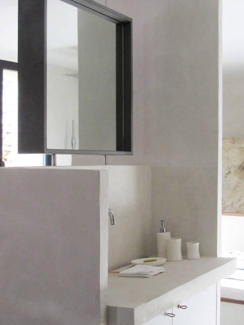 Suite M: Salle de bains de style  par Marion Botta