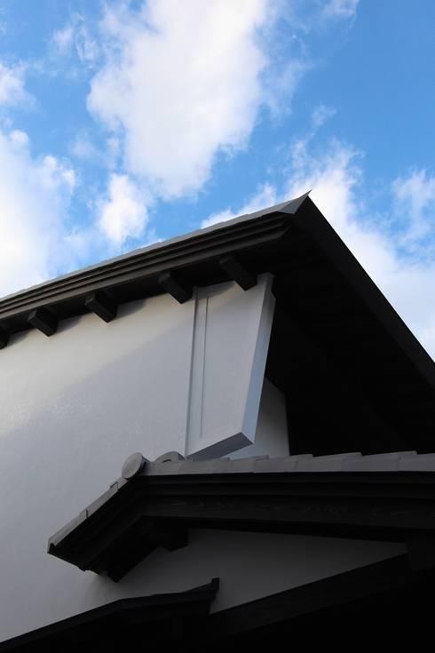 うだつ壁と軒裏のゆたかな表情: 安井正/クラフトサイエンスが手掛けた家です。