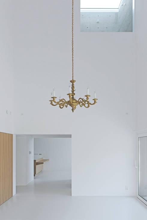 Dom w Lublińcu 2: styl , w kategorii Salon zaprojektowany przez Dyrda Fikus Architekci