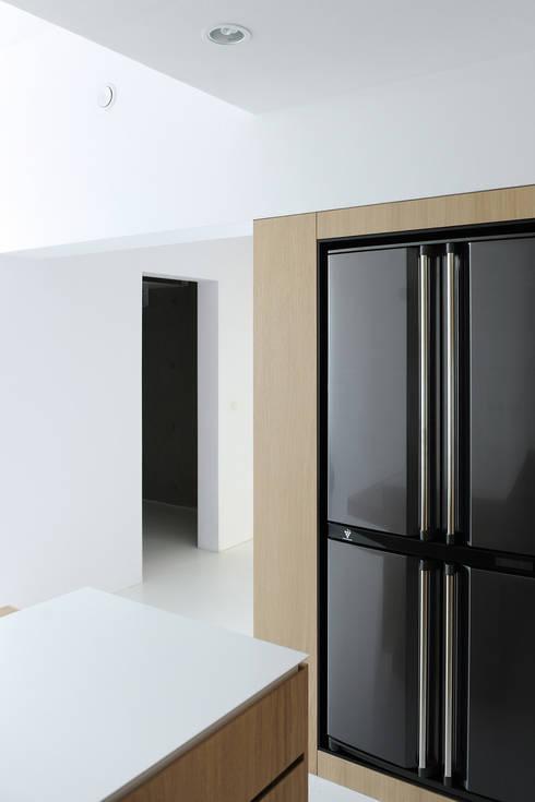Dom w Lublińcu 2: styl , w kategorii Kuchnia zaprojektowany przez Dyrda Fikus Architekci