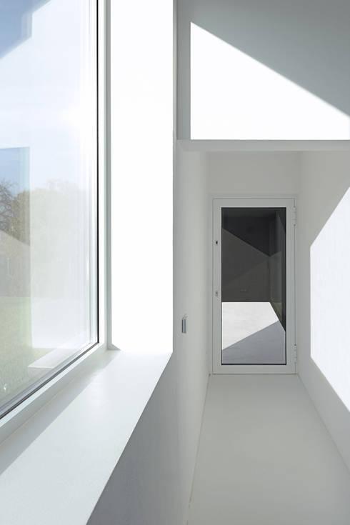 Dom w Lublińcu 2: styl , w kategorii Okna zaprojektowany przez Dyrda Fikus Architekci