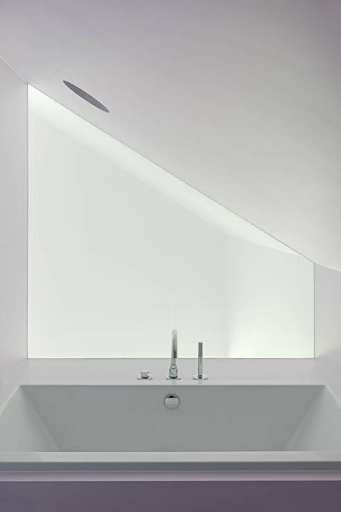 Dom w Lublińcu 2: styl , w kategorii Łazienka zaprojektowany przez Dyrda Fikus Architekci