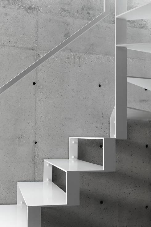 Dom w Lublińcu 2: styl , w kategorii Korytarz, przedpokój zaprojektowany przez Dyrda Fikus Architekci
