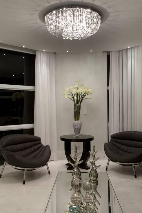 Casa Tamboré: Salas de estar modernas por Arquiteto Aquiles Nícolas Kílaris