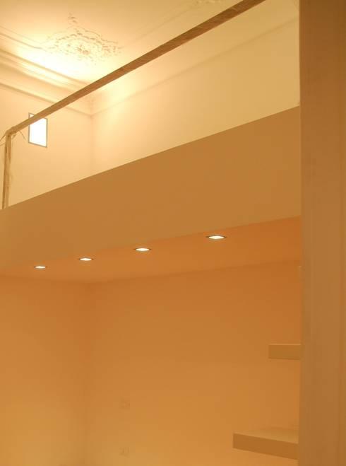 soppalco camera da letto: Camera da letto in stile in stile Moderno di monica giovannelli architetto