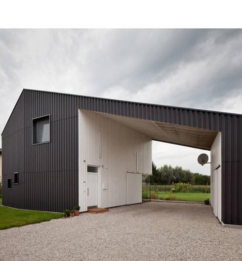 Das kleine Schwarze: moderne Häuser von xarchitekten