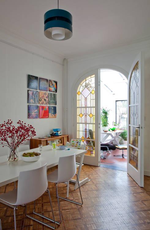 detail eetruimte met zicht op veranda: moderne Eetkamer door studio k
