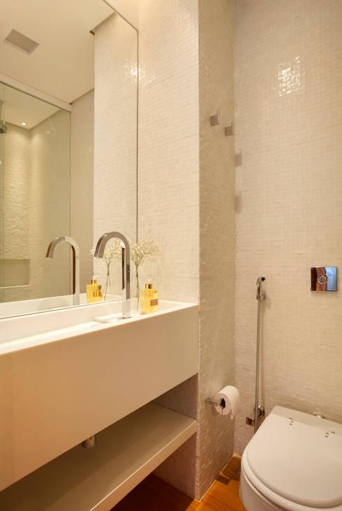 MS apartment: Banheiros  por Studio ro+ca