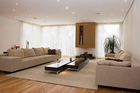 Sala de Estar com lareira ecológica (gás natural): Salas de estar modernas por dsgnduo