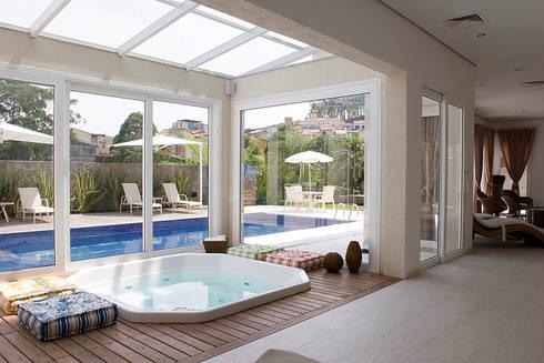 Área de lazer com piscina: Piscinas modernas por dsgnduo