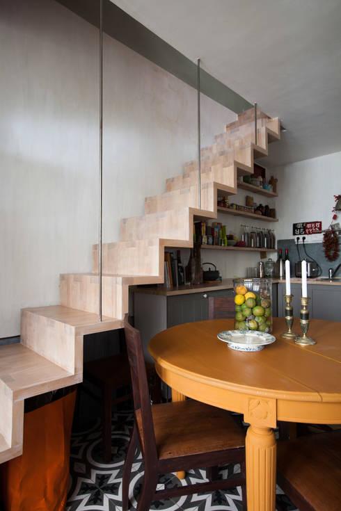 Duplex sur cour pour amateur de curiosité: Cuisine de style  par Jean-Bastien Lagrange + Interior Design