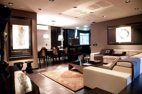 Vista geral do living com mesa de jantar e cozinha integrada ao fundo: Salas de estar modernas por dsgnduo