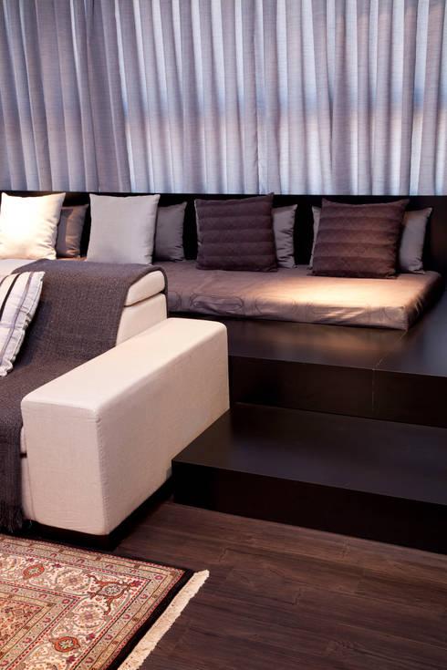 Detalhe do living: Salas de estar modernas por dsgnduo