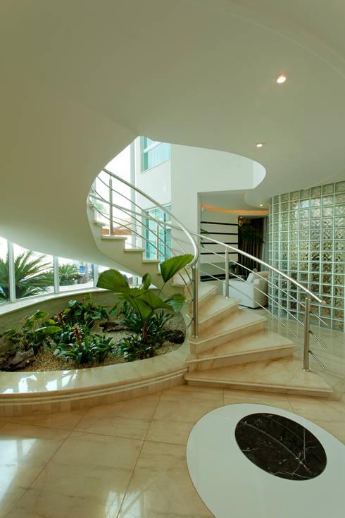 Corridor & hallway by Designer de Interiores e Paisagista Iara Kílaris