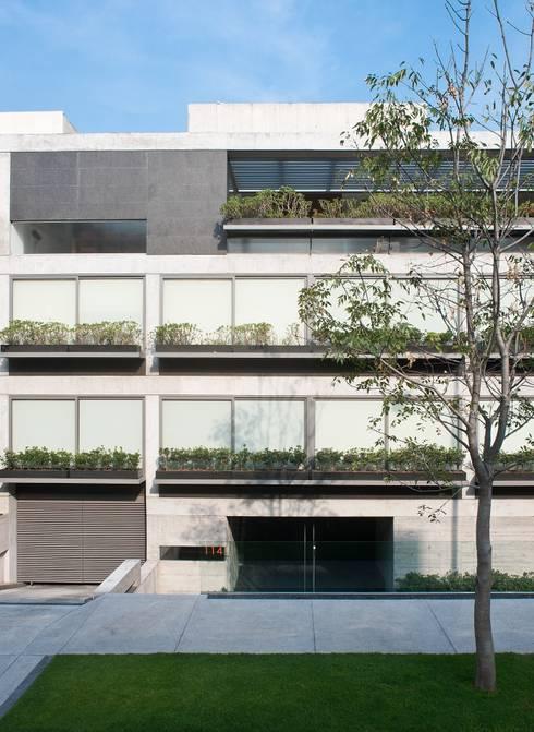 Calderón de la Barca 114: Casas de estilo moderno por Gantous Arquitectos